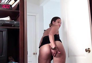 Puristic American Housewife Playing With Her Bushy Pussy - MatureNL