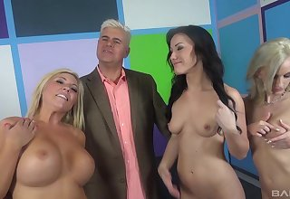 Jennifer Wan and other sexy girls excursion a lucky man in a groupie
