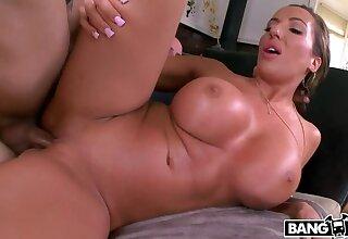 Richelle Ryan Gets Her Fat Pussy CreamPie